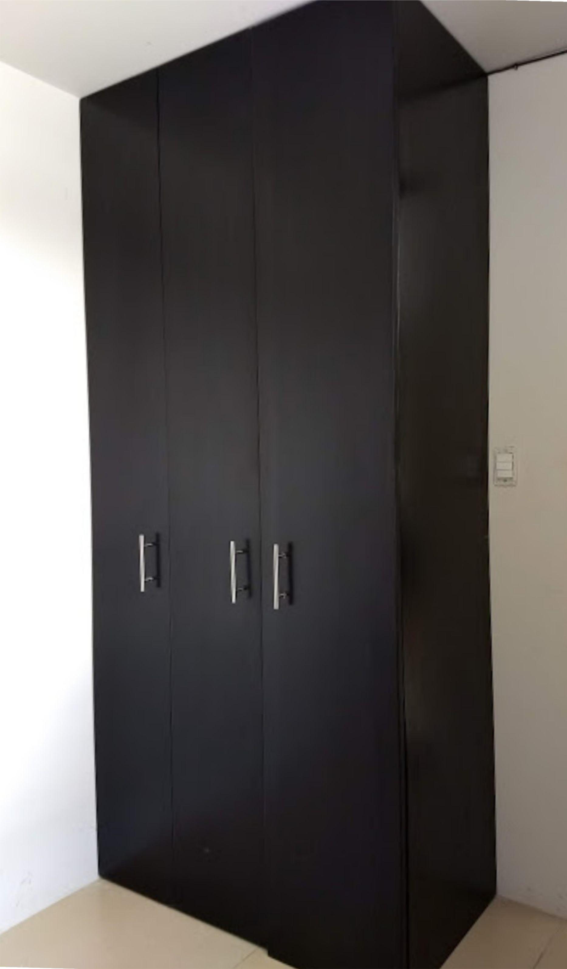 Closet en madera de pino y puertas de tambor tinta color - Puertas color pino ...