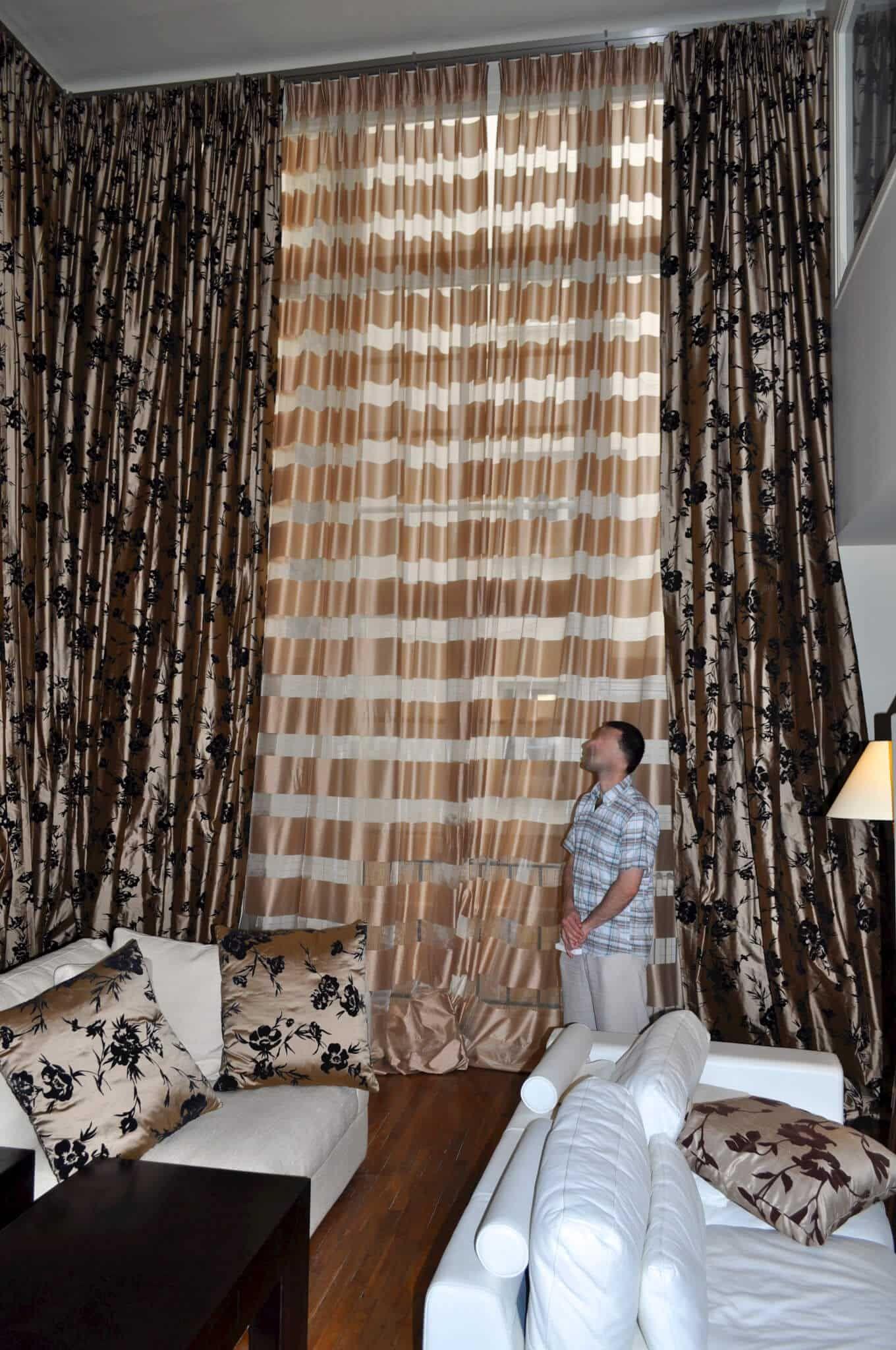 Intérieur hôtel particulier (salon), rideaux de luxe, voilages desig ...