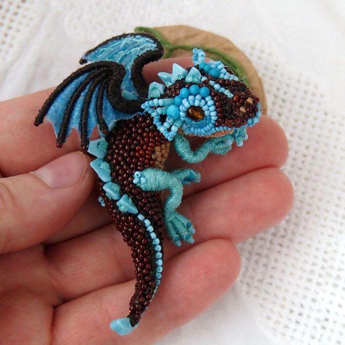 Мастер вышивки, Алена Литвин из Москвы (Россия), создает удивительно  красивые украшения в виде миниатюрных драконов — даже Дейенерис Taргариен  позавидовала ... 9b6cca29258