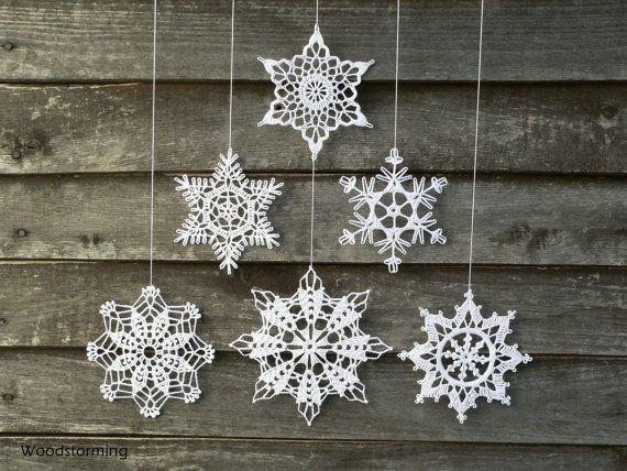 Dieses Weihnachten Urlaub Dekoration besteht aus Kirschbaumholz und 6 weiße gehäkelte Schneeflocken. Jedes einzelne Stück dieser Dekoration ist mit Liebe gemacht von uns und 100 % handgemacht. Schneeflocken sind sorgfältig geformt und gestärkt und kommt gut und sicher verpackt (Verpackung Beispiel auf dem letzten Bild dieser Auflistung).  Dekorieren Sie Ihr gemütliches Zuhause mit diesem warmen handgemachte Dekoration - es kann hängen an der Wand, Fenster, kann große Kinderzimmer Dekor Stück ...