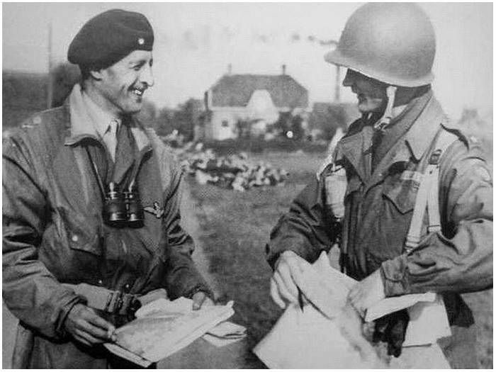 Overasselt, General 'Boy' Browning in gesprek met General Gavin.