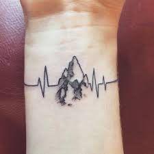 tatouage poignet montagne