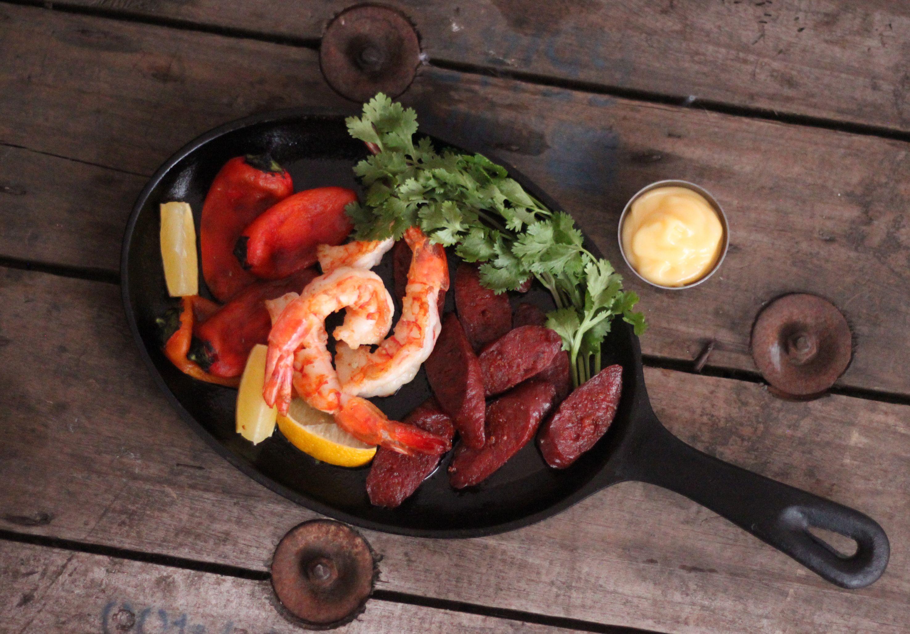 Salteado de camarões, chouriço espanhol e mini pimentões defumados. Uma combinação perfeita entre picância, doçura e notas de amargor típicas dos tostados.
