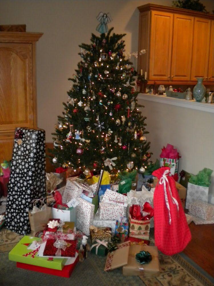 Wonderful Christmas And Winter Wonderland Surprise Cool Christmas Trees Christmas Tree With Presents Christmas