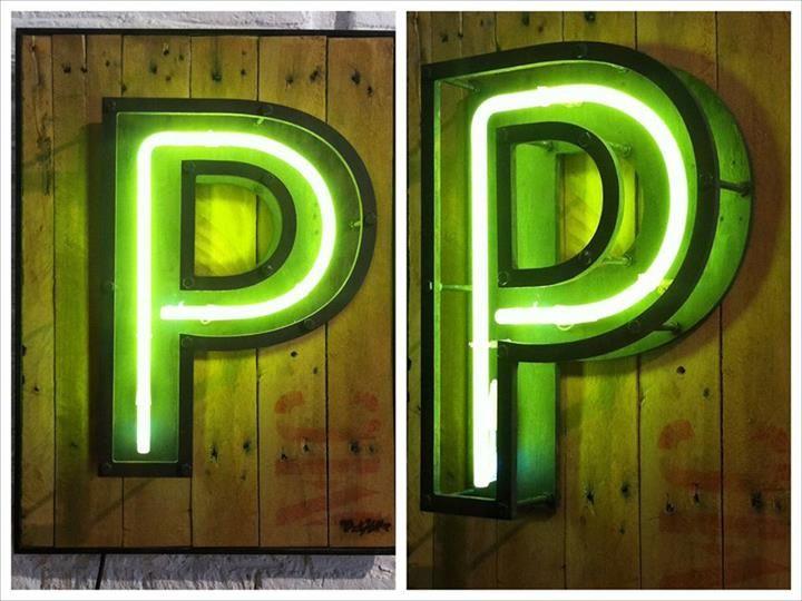 Nueva pieza en The Grokstore, letra P con neón de 50cm.