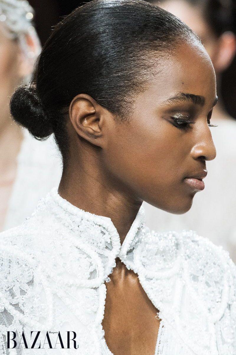 Die Neue Trend Frisur Heisst Ballerina Bun Bis Zuletzt Dominierte Der Lassige Messy Bun Die Duttfrisuren Kurze Haare Zopfe Frisuren Mit Stirnband Trendfrisuren