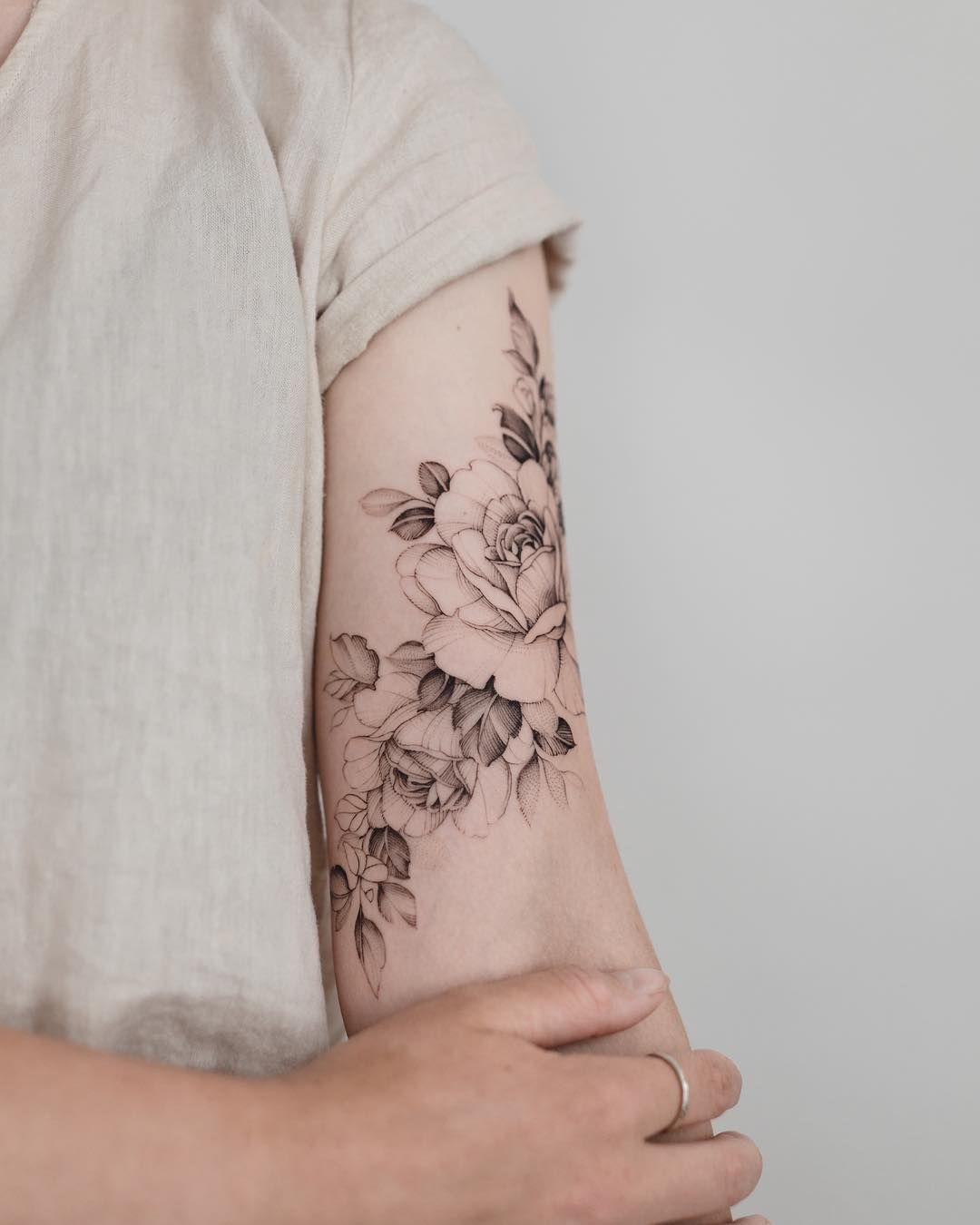 "Tritoan Ly on Instagram: ""🌿🌸""   Tattoo feminina delicada, Tatuagem  feminina braço, Tatuagem"