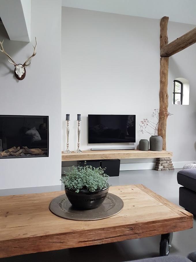 tv zelfde hoogte als haard en houten planken onder tv en erboven zelfde kleur als