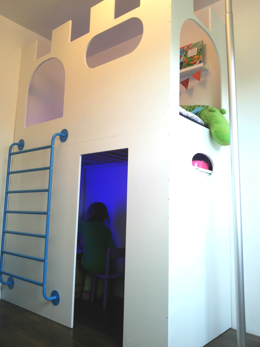 sobre la pared para q Tiki Tiki suba DIY white castle Loft bed & Playhouse!  Made from plywood & an old Ikea SNIGLAR bed. The sliding pole is from an  old ...