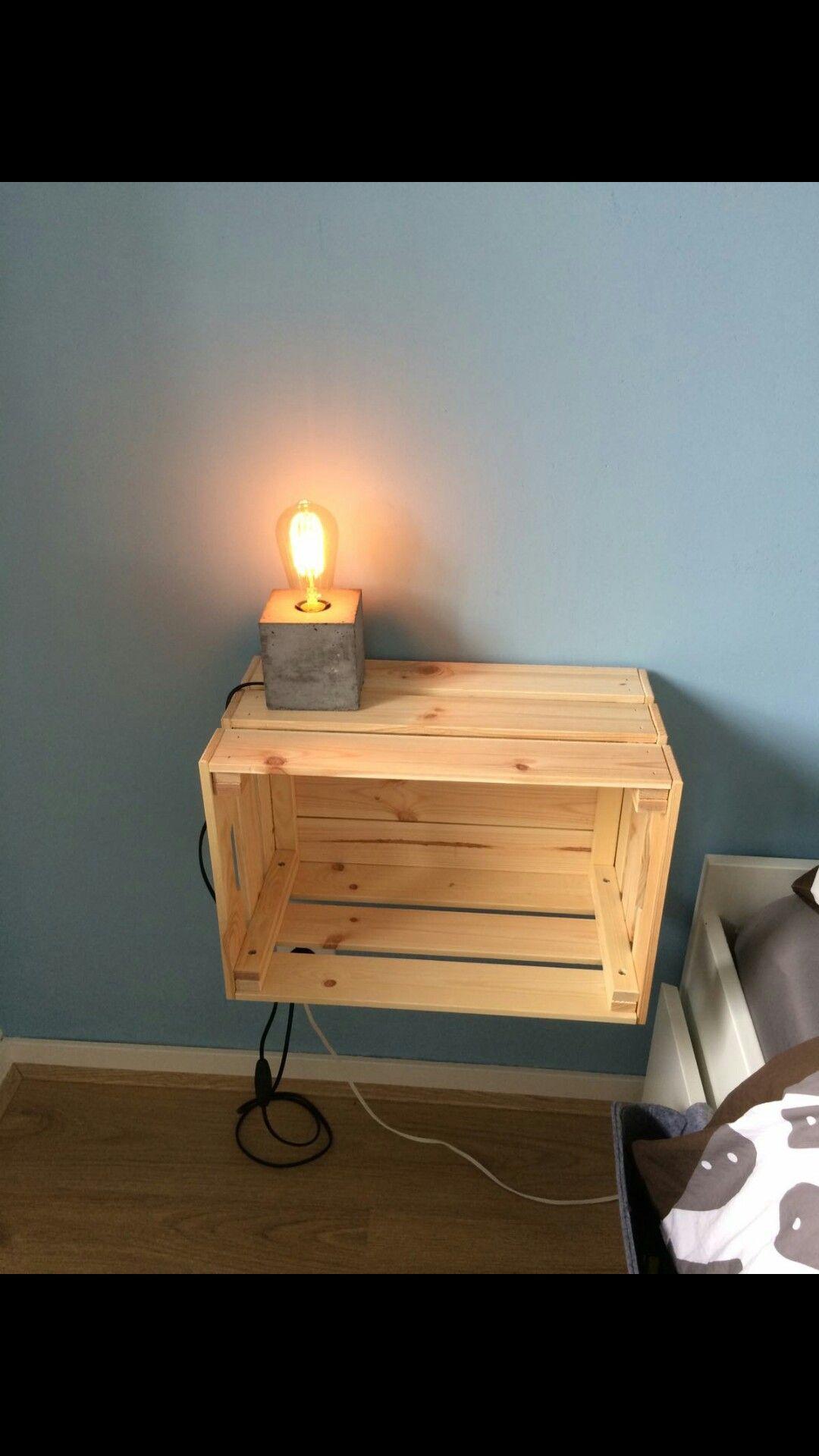 Leuk nachtkastje met lampje #nachtkastje #slaapkamer #peertje ...