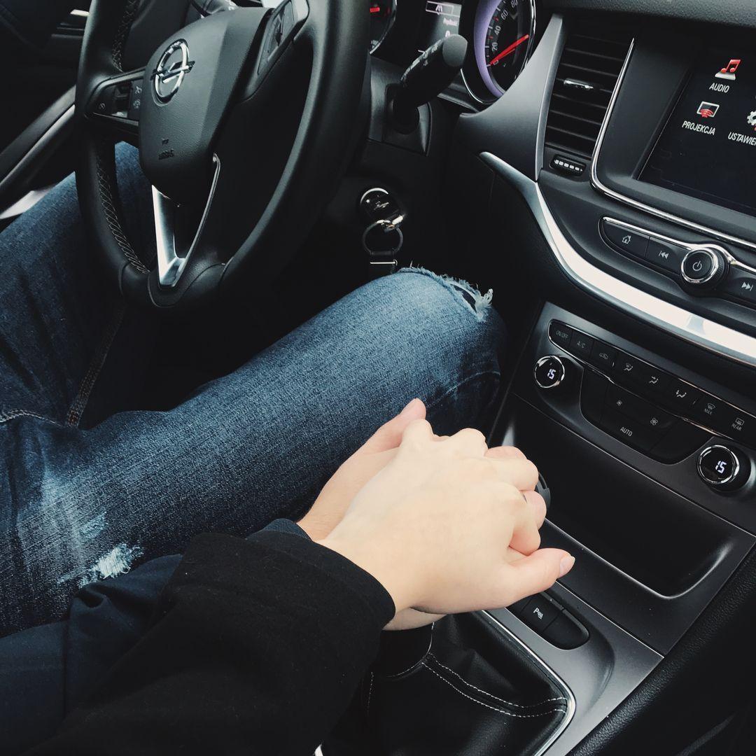 Im auto händchenhalten Die Liebe
