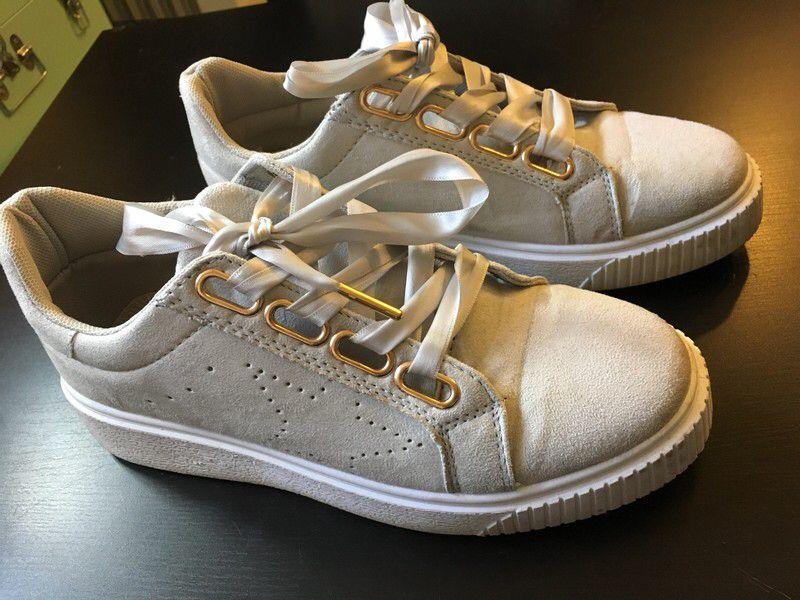 d8b5eede9670e Sneakers gris clair avec lacets en « satin » de marque . Taille 38 à 7.00