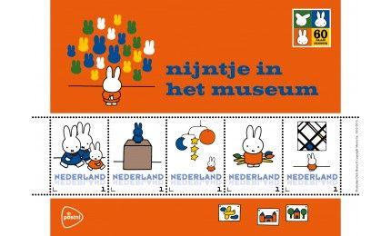 PostNL brengt dit jaar een hommage aan Dick Bruna, de tekenaar van nijntje, met een bijzondere serie Persoonlijke Postzegels. Dit velletje is gewijd aan het nijntjeboek Nijntje in het museum'.