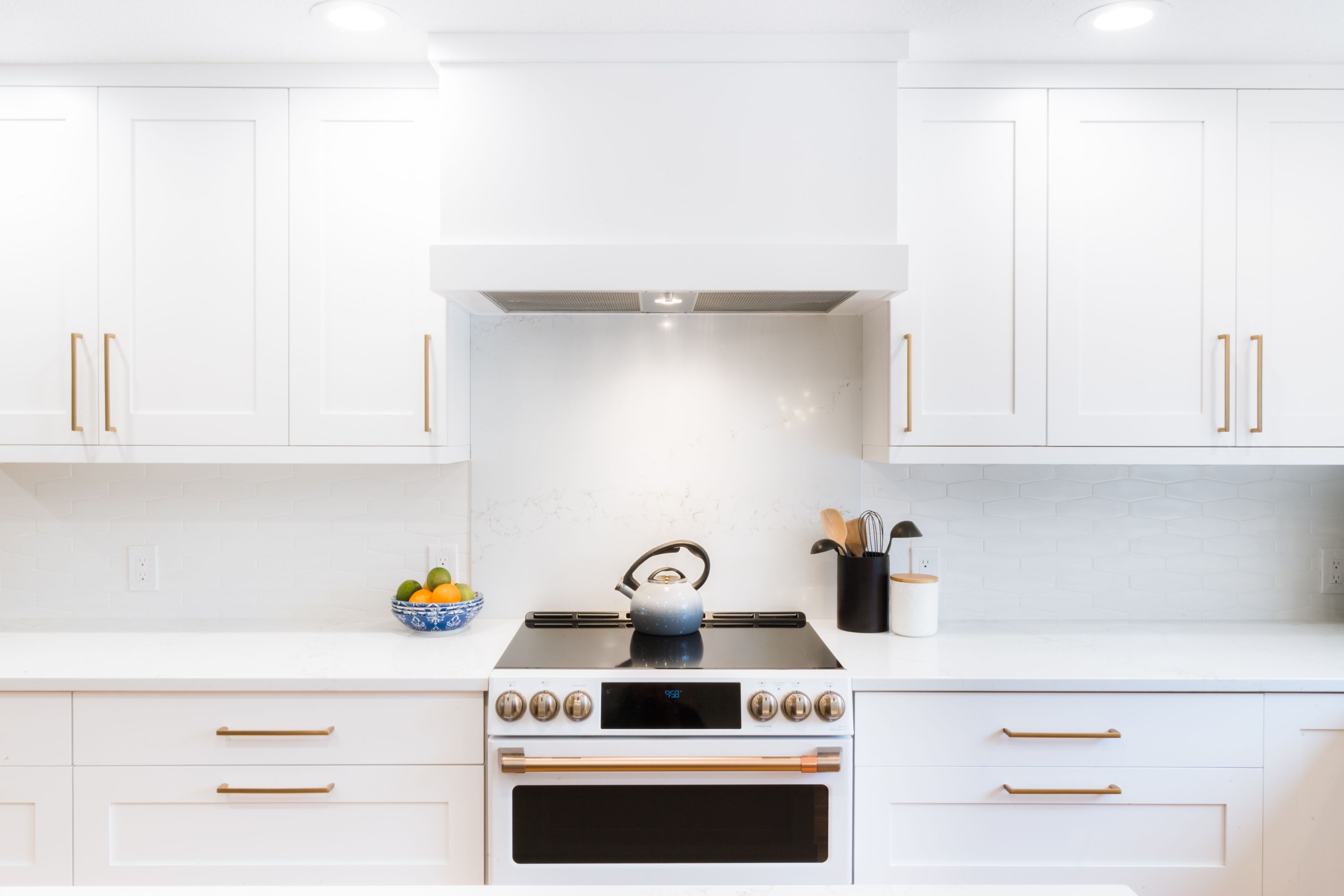 A Bright Clean Range And Hood With A One Piece Marble Backsplash Remodel Remodelingkitchenideas Remodelingideas Kitchen Remodel Kitchen Design Remodel