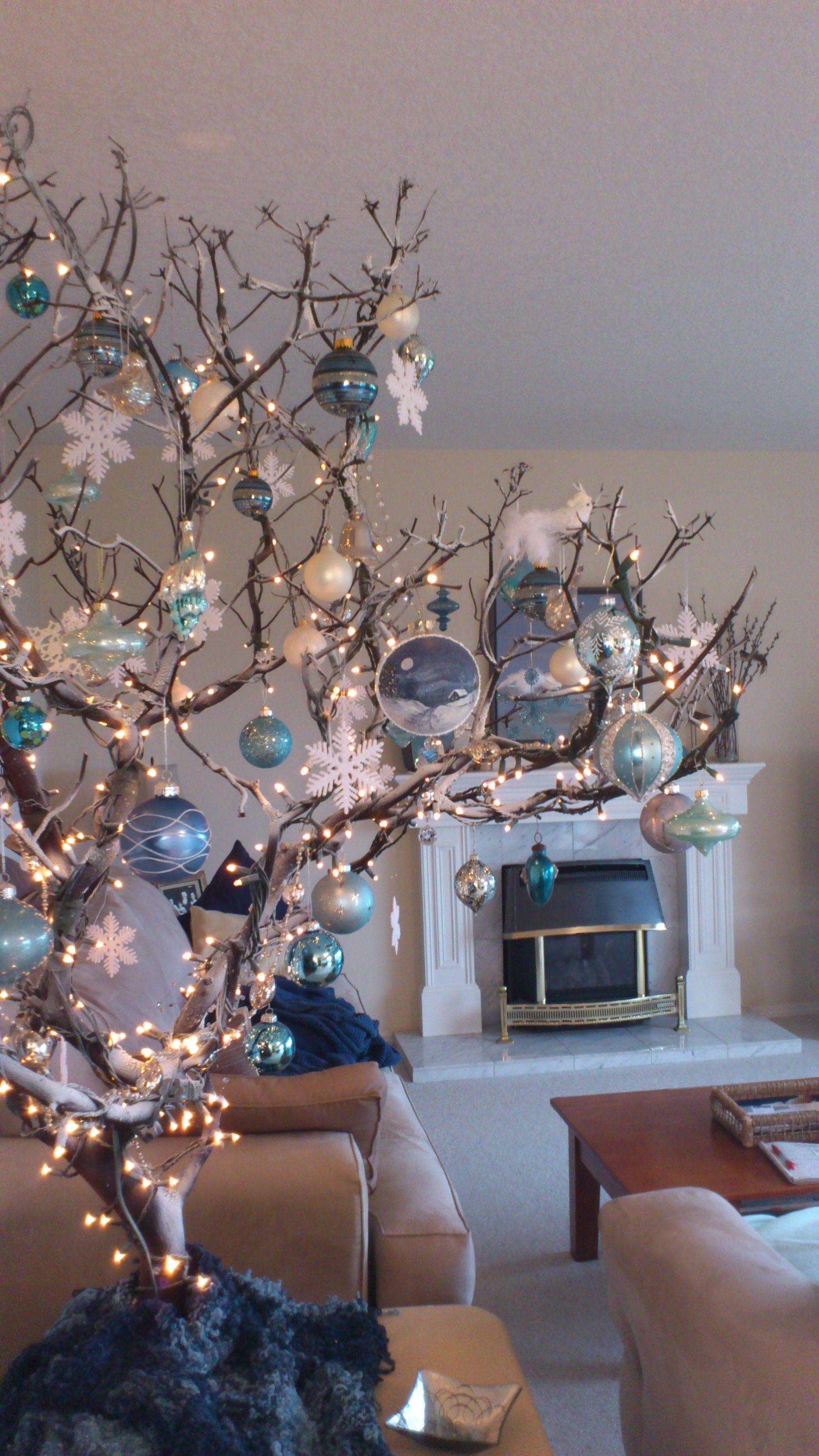Una ramita seca unas luces y decoraciones monocrom ticas - Decoraciones de navidad ...