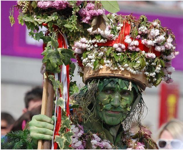 """Bildquelle: Stevebidmead / http://pixabay.com/de/gr%C3%BCner-mann-hut-blumen-gesicht-344068/   Die Farbe Grün Warum wird der Mann mit der Farbe Grün verbunden, und nicht etwa mit """"Erdbraun""""? Das Adjektiv grün leitet sich von einem germanischen Verb ab, das wachsen bedeutet hat. Dieser Wortstamm findet sich auch heute noch, so liest man, im englischen Verb """"to grow"""" von """"green"""" ab."""
