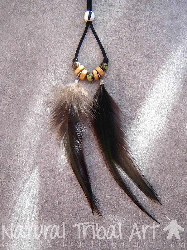 Collier pendentif plumes noires de coq et perles en os de 13 cm avec perle réglage noire et blanche en verre.
