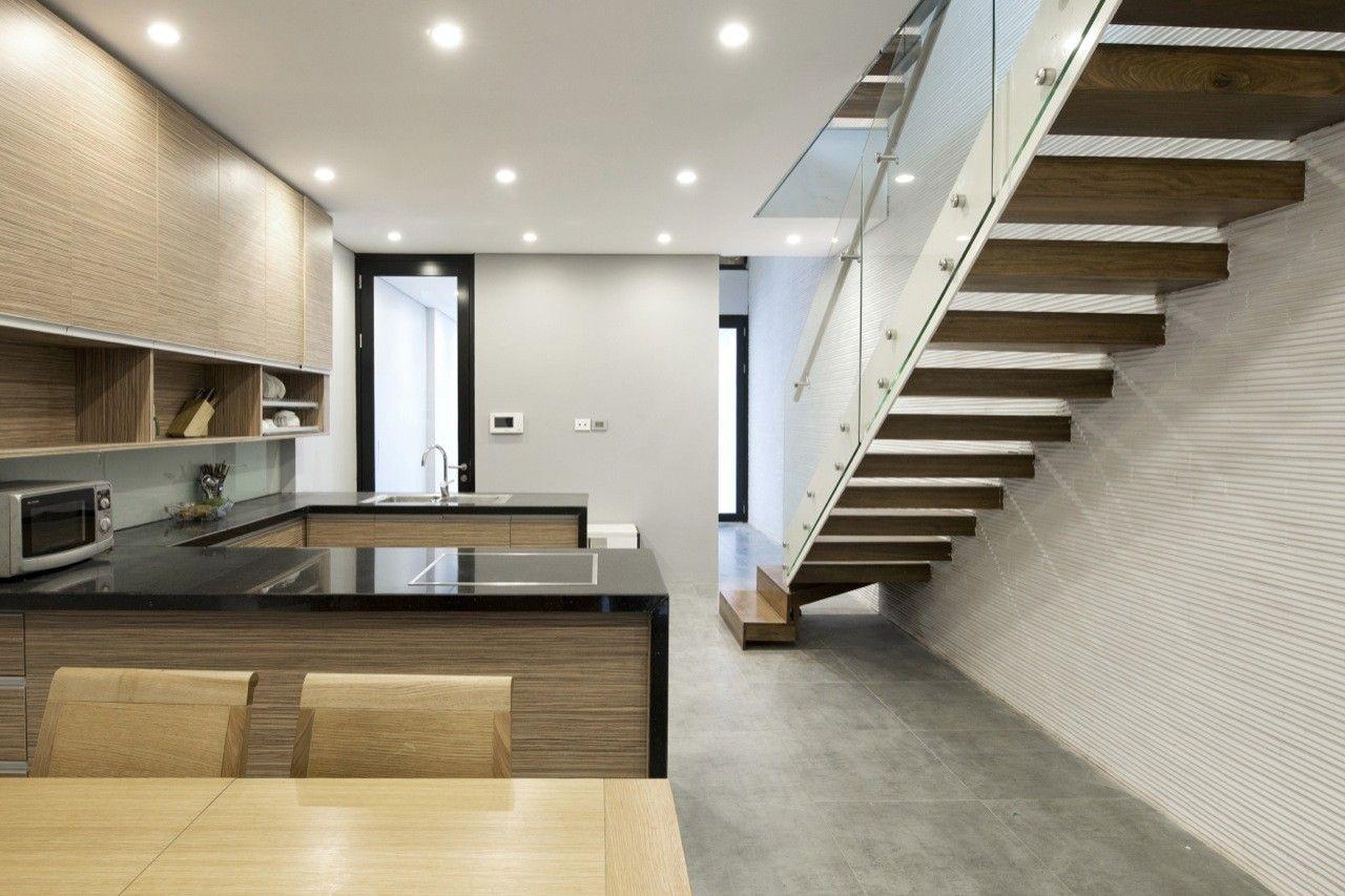 Analizaremos una pequeña casa que tiene de ancho sólo4.5 y de largo 20 metros, los arquitectos de AHL han conseguido iluminar naturalmente los ambientes interiores utilizando recursos como clara…