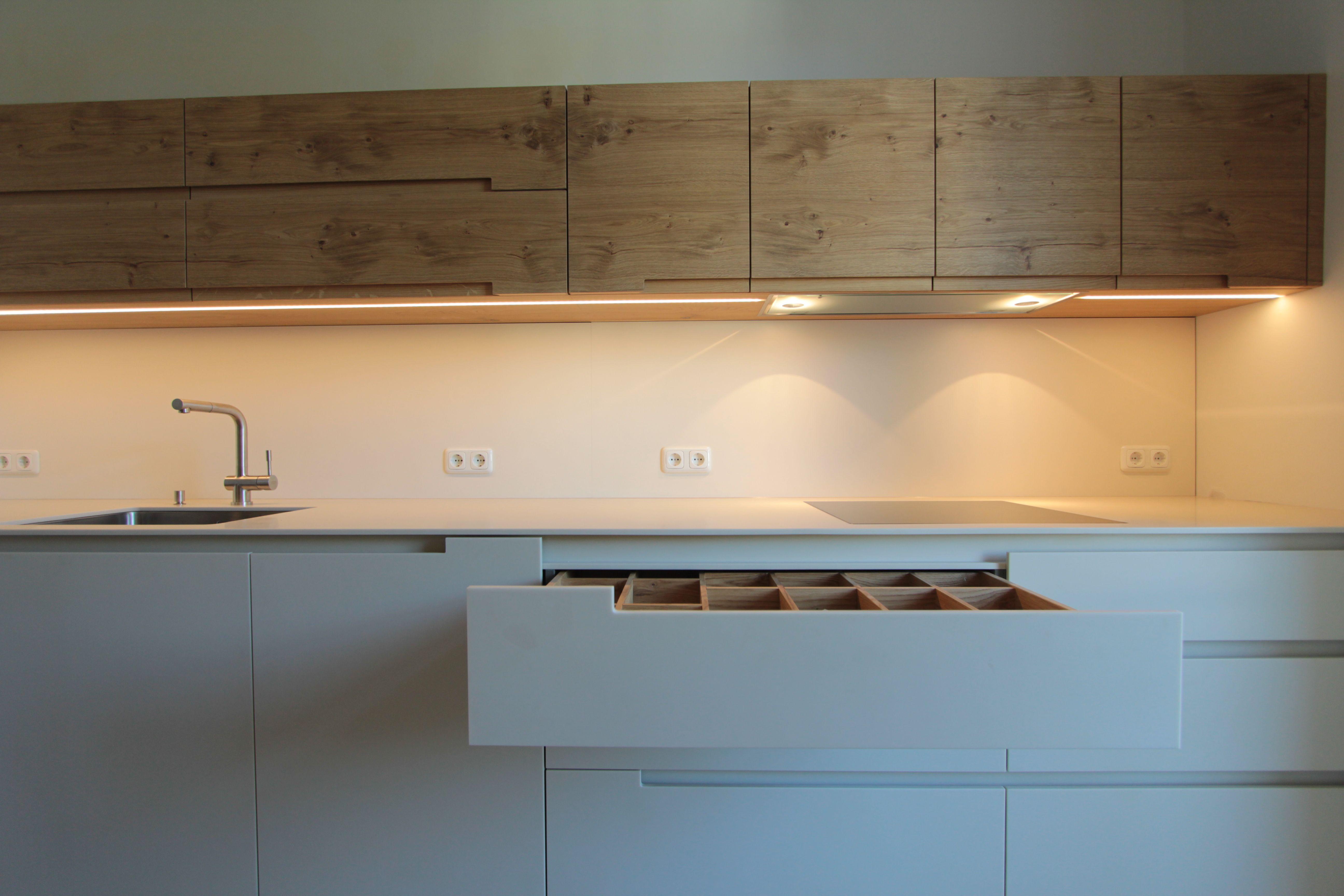 k che in m nchen indirekte beleuchtung mineralwerkstoff wildeiche griffmulden mfg. Black Bedroom Furniture Sets. Home Design Ideas