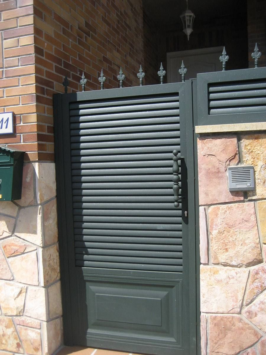 Puerta en modelo de lamas puertas en 2019 gate house - Puertas metalicas para exteriores ...