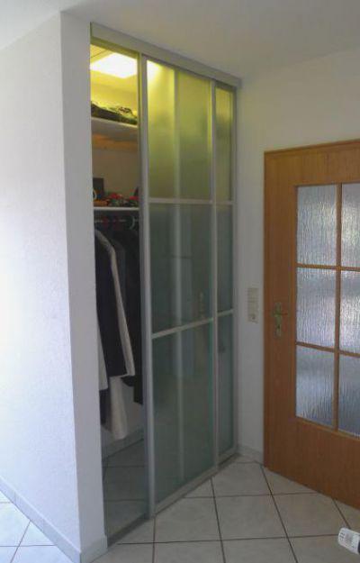 Glasschiebetür nach Maß als Nischenlösung für die Garderobe im ...