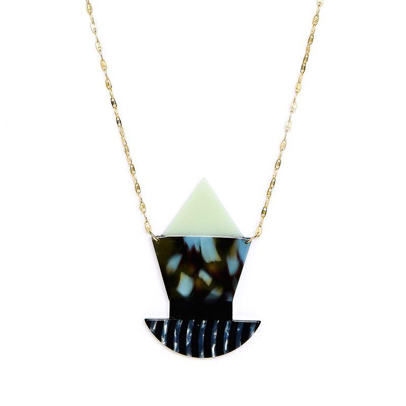 Sage is a geometric pendant constructed from patterned and coloured acetate pieces, mounted on a golden brass chain.Total length: 64 cm.<i>Sage es una figura geométrica construida con piezas de acetato de diferentes estampados y colores que cuelga de una cadena de latón.Largo collar: 64 cm.<i>