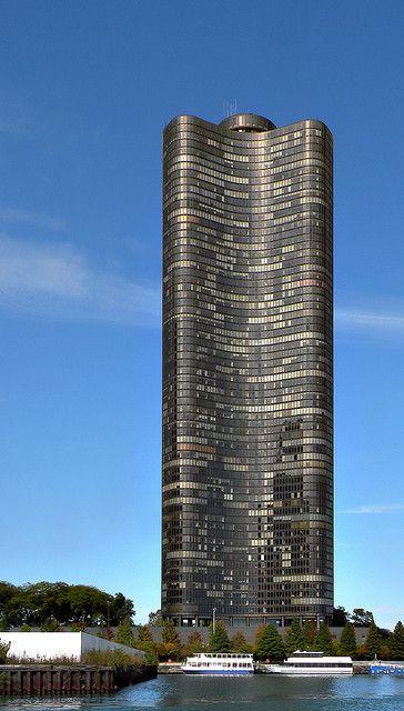 Lake Point Tower. Es un alto edificio residencial localizado sobre un promontorio del Lago Michigan , frente a la ciudad de  Chicago. Altura : 197 m - Inaugurado : 1968. Arquitectos: John Heinrich, George Schipporeit.