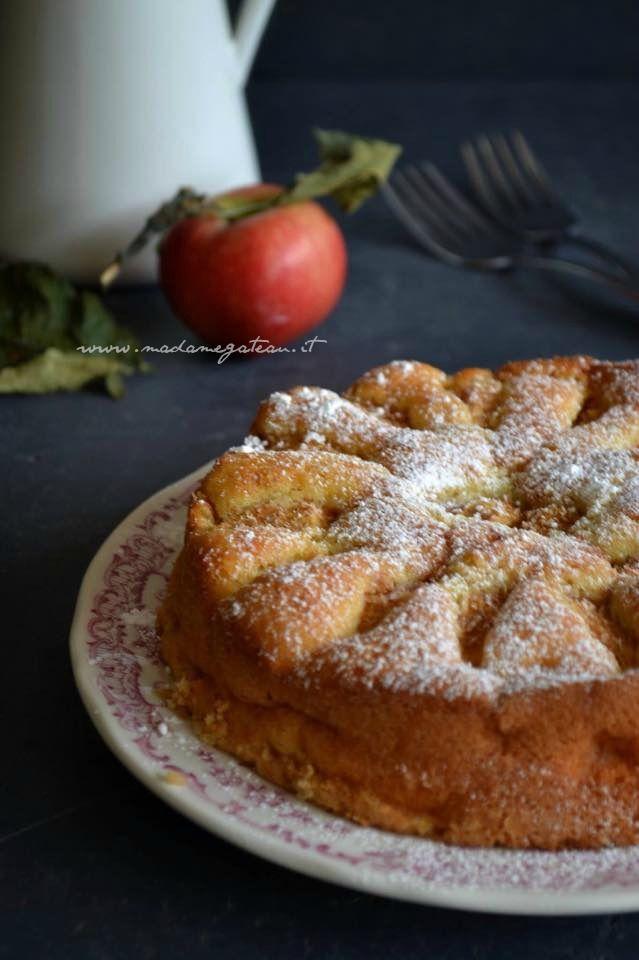 Oggi si torna nella semplicità con la torta di mele della mamma, insostituibile ricetta della mamma, un dolce buono e sopratutto sano fatto con pochi ingredienti.