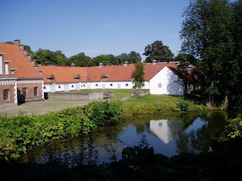 Dragsholm Slot, tidligere bispeborg, nu slot og gods  ved Sejerø Bugt i Odsherred.