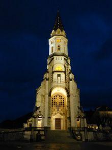 Vista nocturna de la Basílica de la Visitación, Annecy, Francia