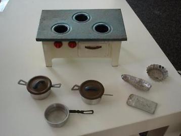 * Vintage metalen poppenhuis- of speelgoedkeukentje *