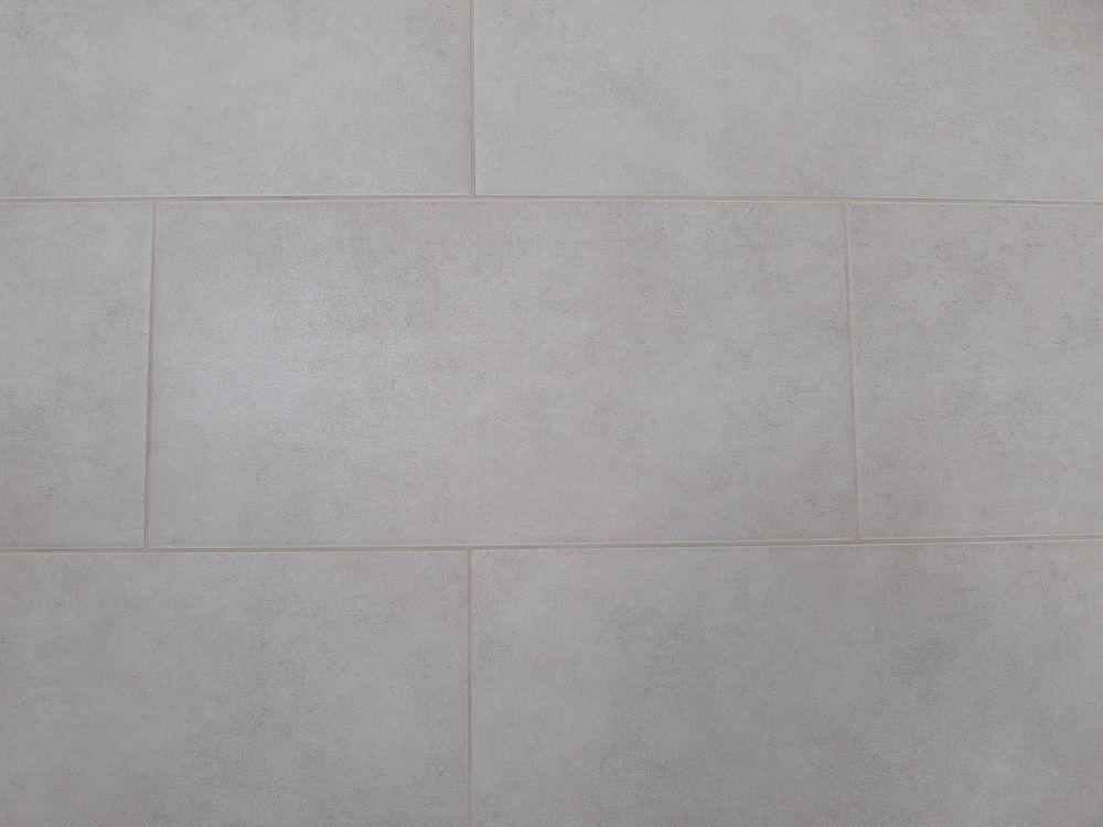 hellgraue fliesen dazu weiße fronten mit eiche kombiniert   küche, Wohnzimmer