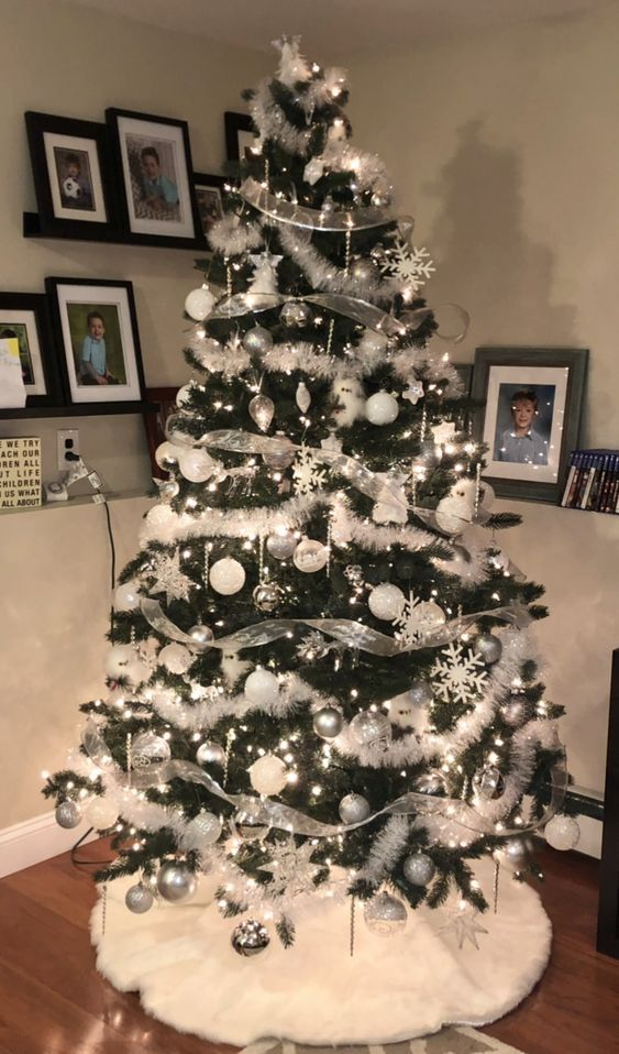 How to Make Silver Christmas Decorations on a Budget #christmastree