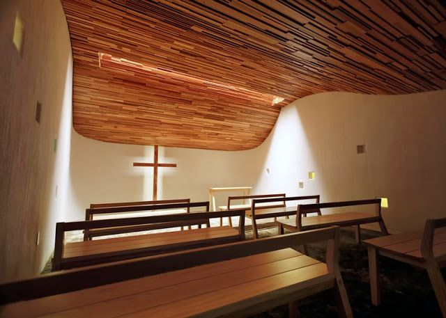 Espacios en madera una ola de madera en prayer chapel for Diseno de interiores es una carrera universitaria