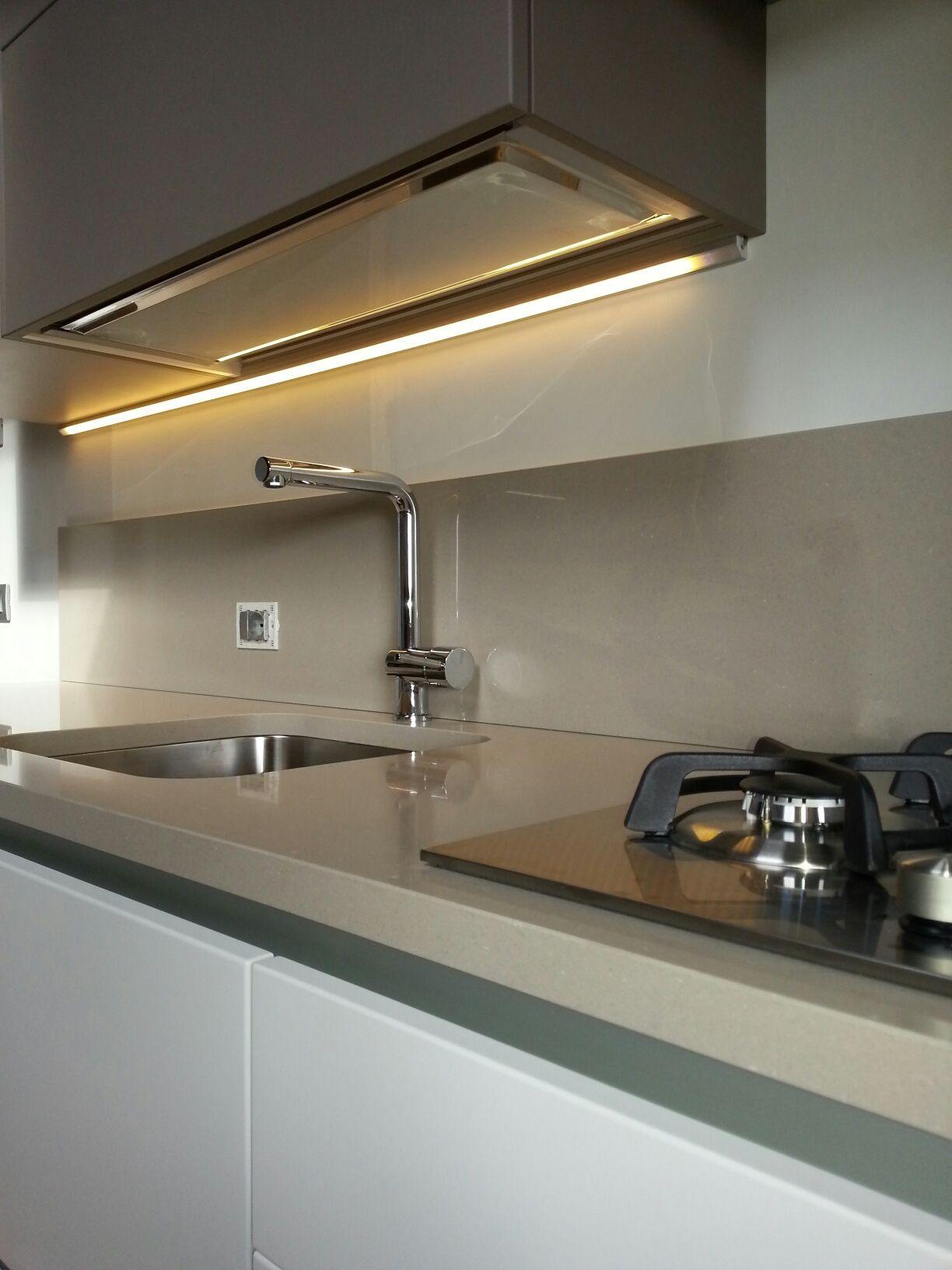 Illuminazione LED sotto pensile cucina. Realizzata della ...