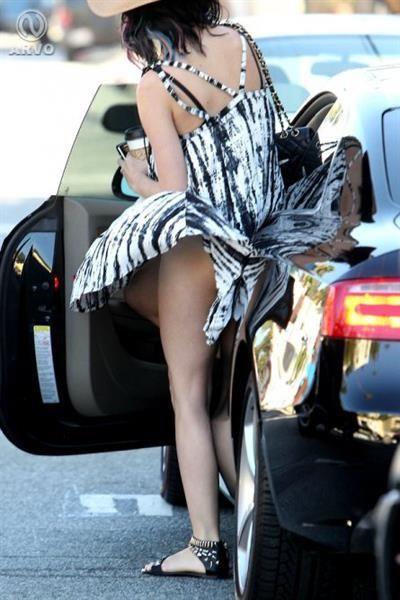 Ветер поднял юбки и платья