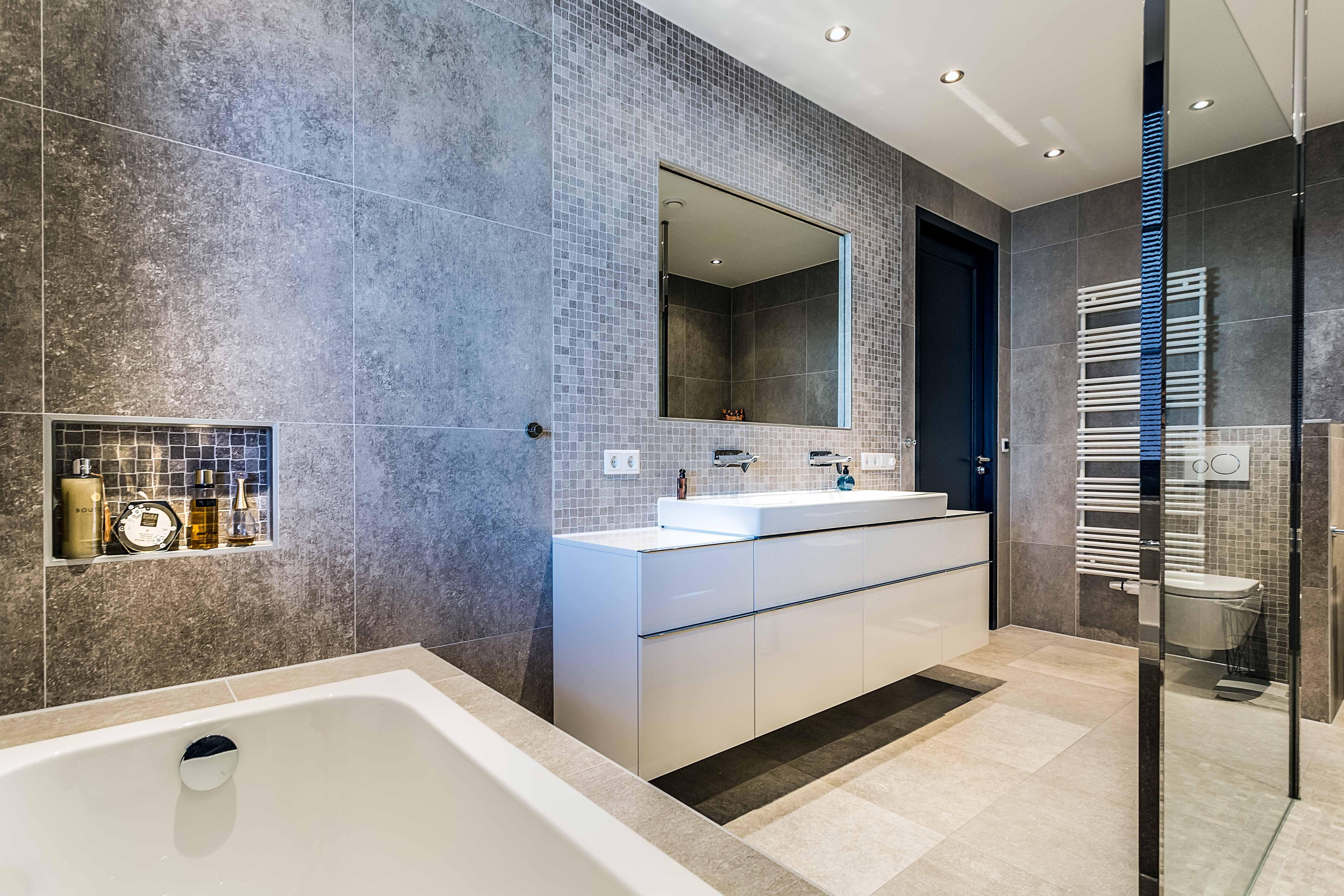 Prachtige badkamer met inloopdouche, grijze tegel. Modern en toch ...