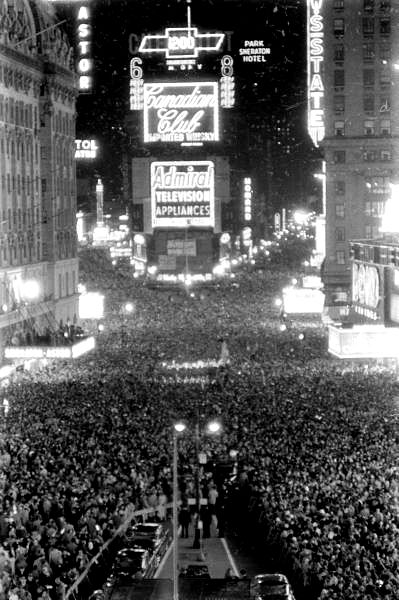 New Year S Eve In Times Square Sanders 1956 Crowd Nye New Years Eve Celebration 1950 S History Wow Gorod