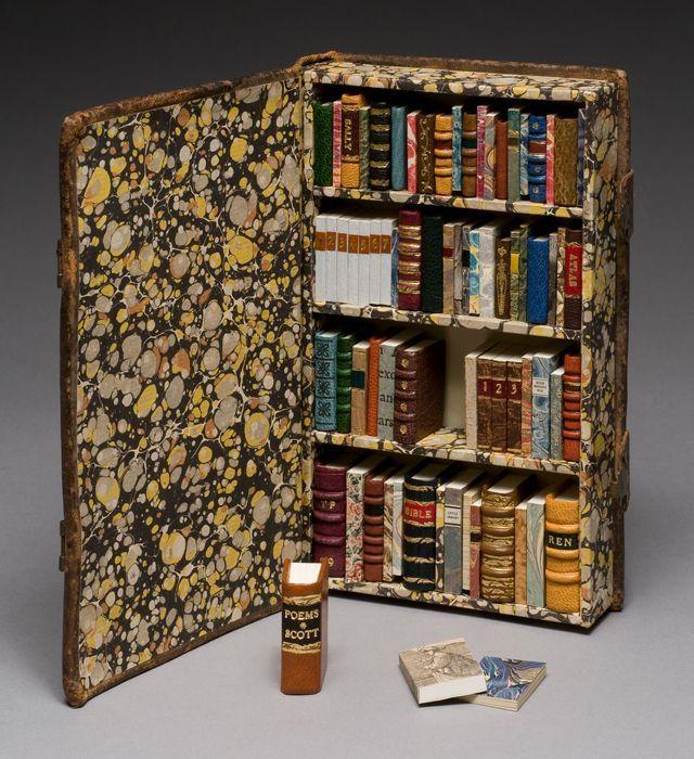 Photo of Eine kleine Bibliothek. Ein Buch enthält Dutzende von Miniaturbüchern. Hergest…