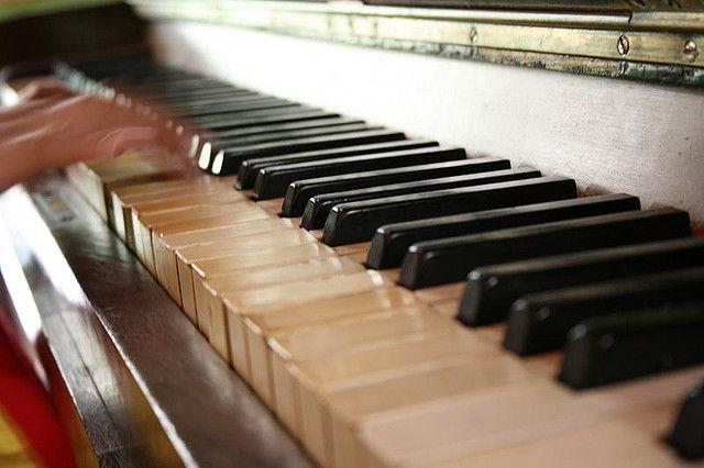 Piano antigo em pousada de Guaramiranga/CE.     Classic musical instruments
