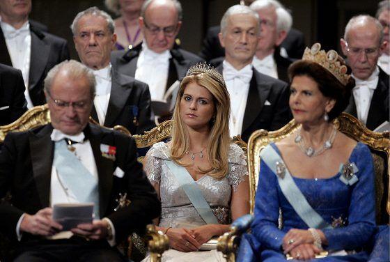 Prinsessa Madeleine istui vanhempiensa kuningas Kaarle Kustaan ja kuningatar Silvian takana Nobel-gaalassa vuonna 2005.