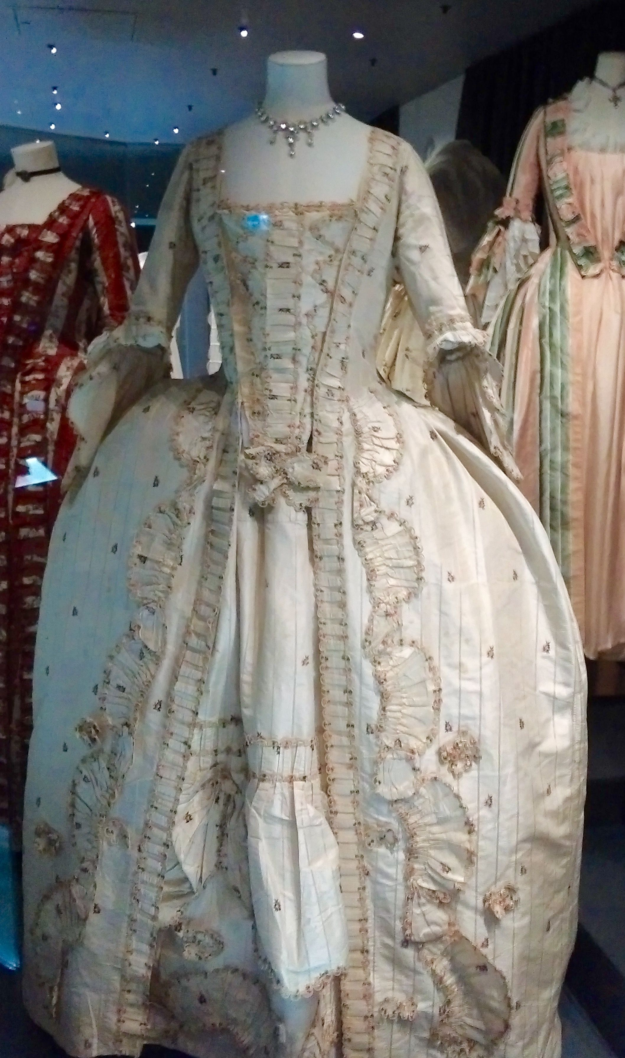 Gorgeous gown from the 18th century. I think it is in the robe a l ...