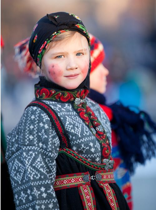 Europe Portrait Of A Child Wearing Traditional Clothes Setesdalen Norway C Laila Duran Bunad Scandin Folk Costume Traditional Dresses Folklore Fashion