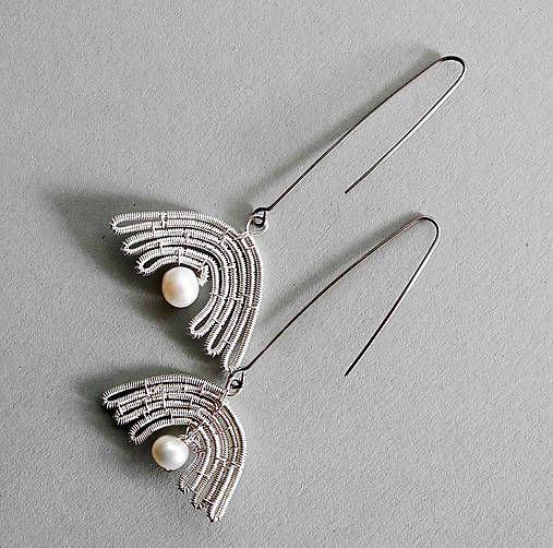 Náušnice z postriebreného medeného drôtu a riečnych perál. Háčik je z nerezového drôtu. Dĺžka háčika podľa objednávky, tna foto má dĺžku cca 4,5 cm. Perlička môže byť farbená alebo ...