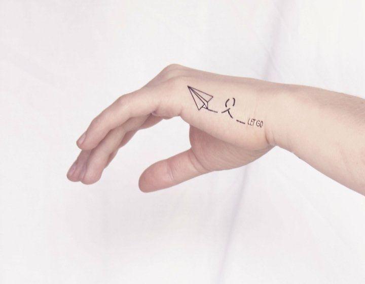 tatouage poignet discret avion en papier sympa
