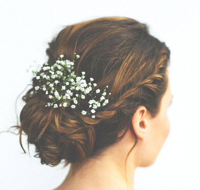 Chignon romantique avec du gypsophiles. Babies breath is always pertect for  wedding up do. Bridesmaids or the bride.Simple wedding updo with flowers