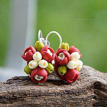 Náušnice - červeno-zelené kvietkové náušnice - 5389804_