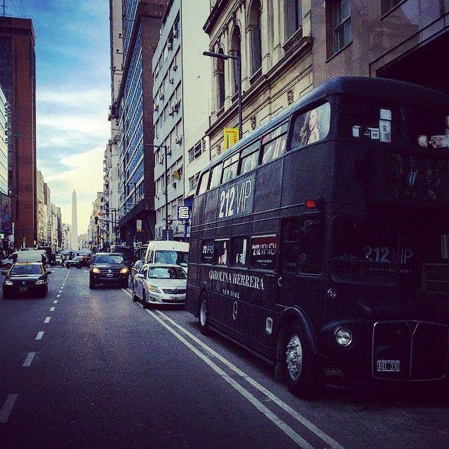 El #visitante  #doubledeck #bus from #London & #NewYork 2 #BuenosAires #Argentina #black #uk #carolinaherrera #perfume #USA #promo #212 #vip