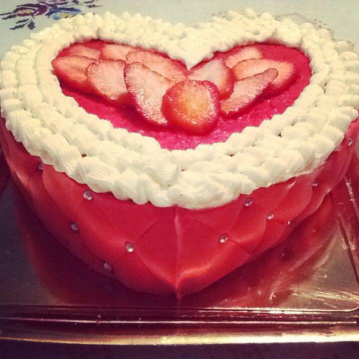 Tarta corazon de fondant y fresas. Bizcocho terciopelo rojo