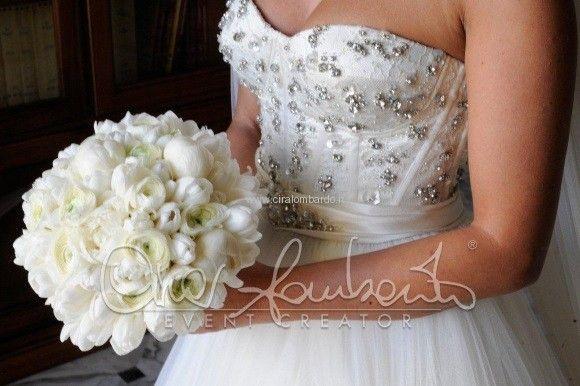 Bouquet Sposa Romantico.Bouquet Elegante In Total White Di Peonie E Tulipani Bianchi Per